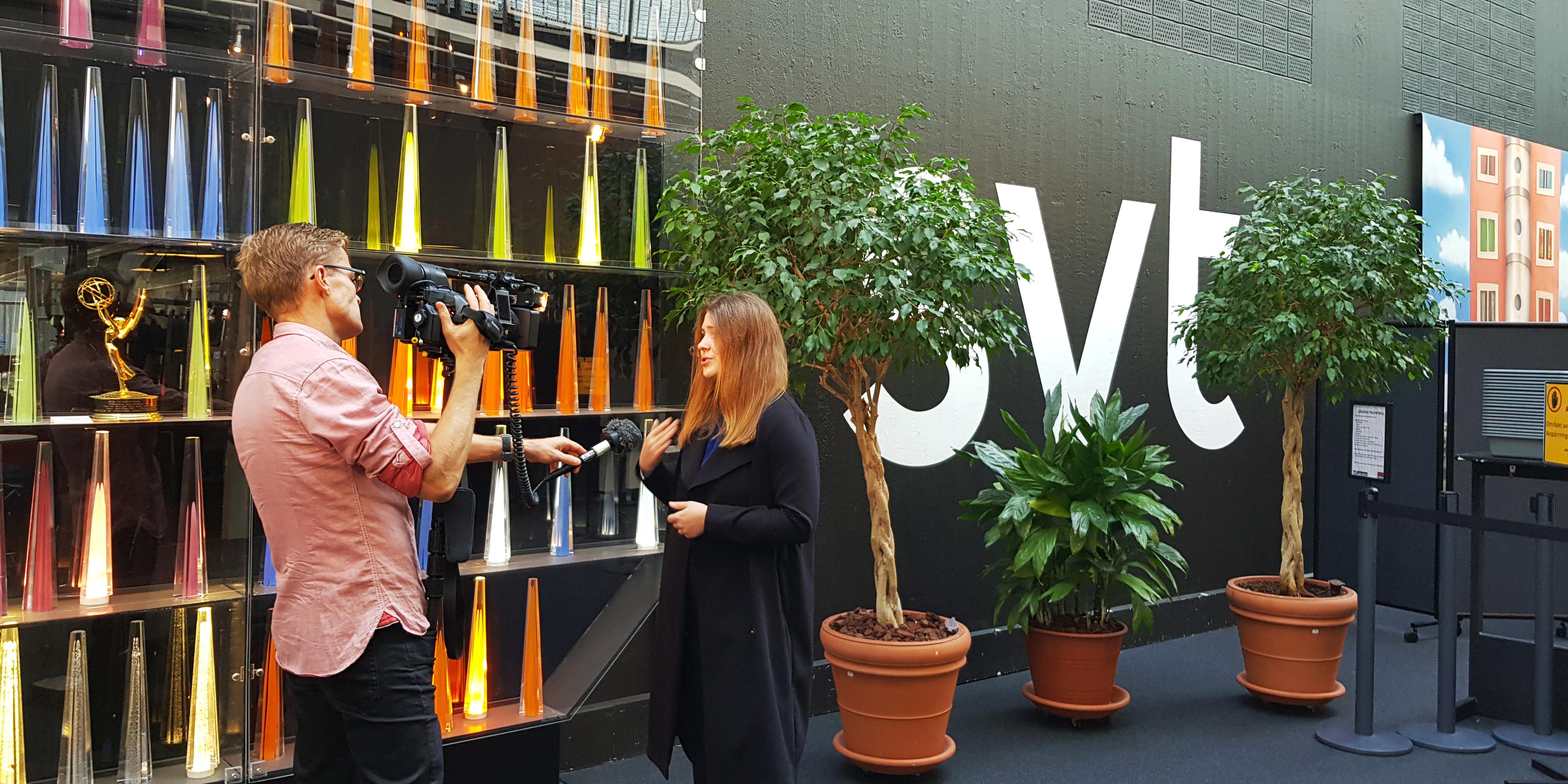 Unga Allergikers tidigare förbundsordförande Sofia Olsson blir intervjuad av en SVT reporter inne i SVT:s lokaler.